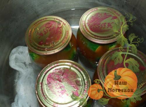 sterilizaciya-ogurcov-v-tomate-v-bankah