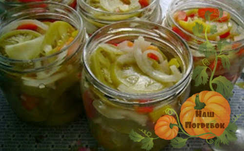 zelenye-pomidory-ostryj-salat-v-bankah