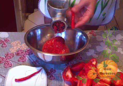 adzhika-s-pomidorami-cherez-myasorubku