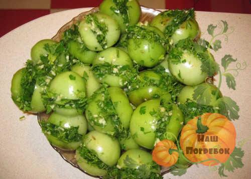 zelenye-tomaty-farshirovannye-zelenyu