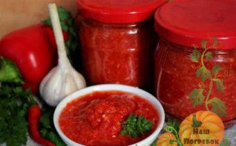 adzhika-s-varkoj-iz-pomidorov-s-chesnokom-i-percem-na-zimu-recept