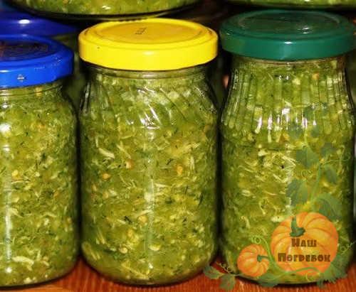 adzhika-iz-zelenyh-pomidor-v-bankah