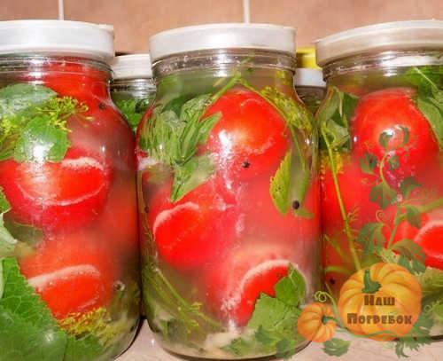 krasnye-solenie-pomidory-v-litrovyh-bankah-pod-kapronovoj-kryshkoj