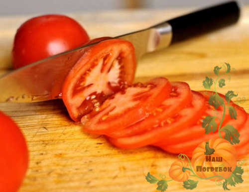 narezannye-kolcami-pomidory