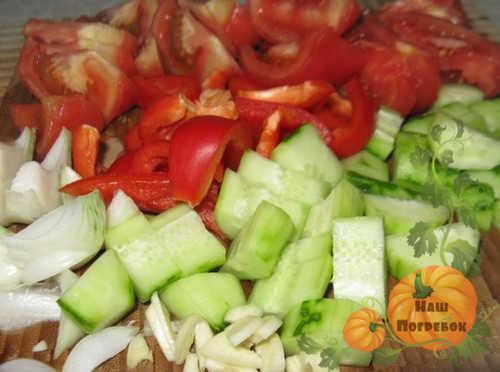 narezannye-ogurcy-pomidory-luk
