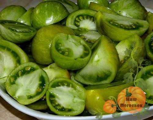 narezannye-zelenye-pomidory-dlya-ikry