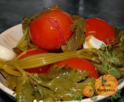 pomidory-s-chesnokom-na-litrovuyu-banku-na-zimu