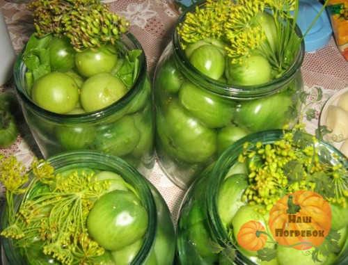 zelenie-pomidory-s-gorchicej-v-litrovyh-bankah