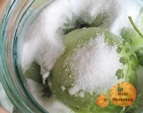 zelenye-pomidory-peresypannye-solyu
