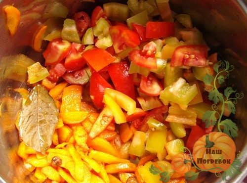 zheltye-pomidory-s-lukom