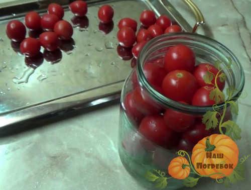 napolnenie-banok-pomidorami-cherri