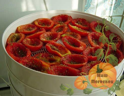polovinki-pomidor-v-zelenyu-na-korzine-sushilki