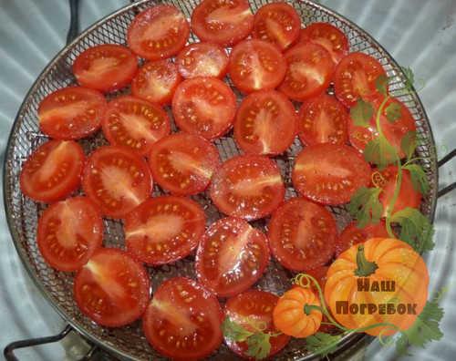 polovinki-pomidorov-cherri-na-reshetke