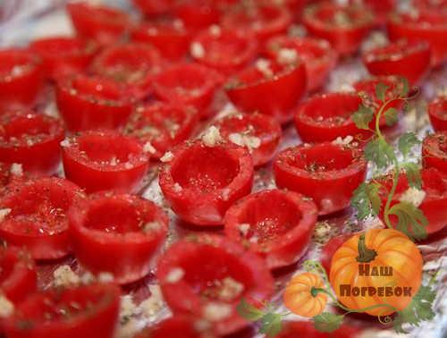pomidory-cherri-polovinkami-bez-semyan