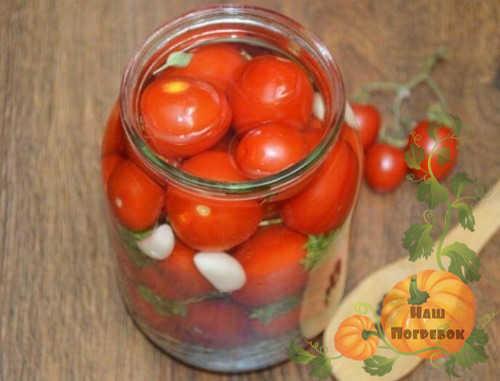 pomidory-cherri-s-lukom-i-chesnokom-za-zimu