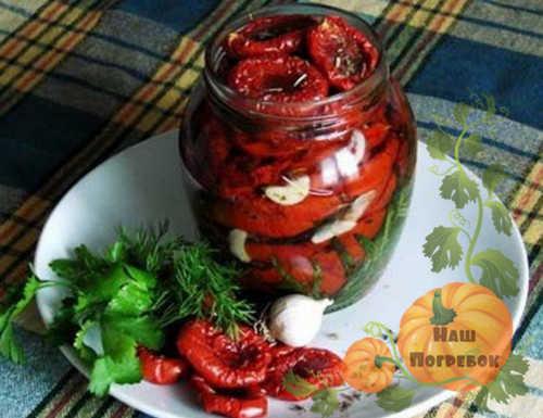 pomidory-vyalenye-s-chesnokom-v-banke