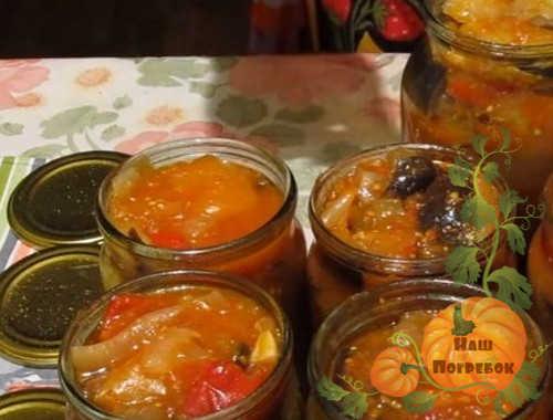raskladyvanie-salata-iz-baklazhanov-po-bankam