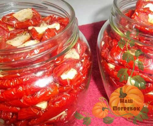 vyalenye-pomidory-v-bankah-s-chesnokom