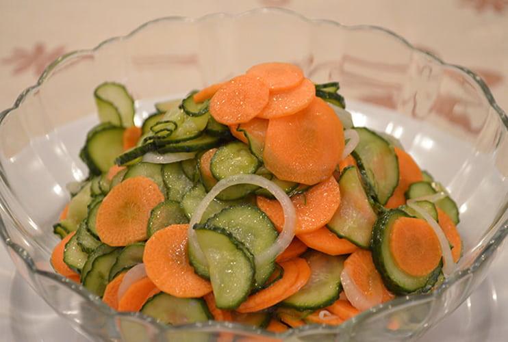salat-iz-ogurcov-morkovi-i-luka